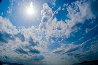 かんかん照りの太陽の写真です。