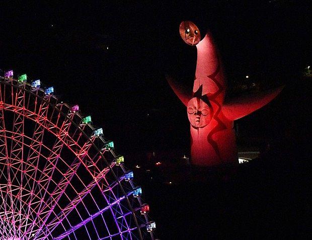 太陽の塔の赤信号点灯写真です。