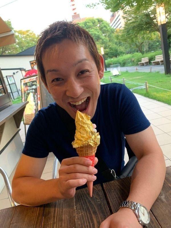 金粉入りのソフトクリームを満面の笑みで食す!